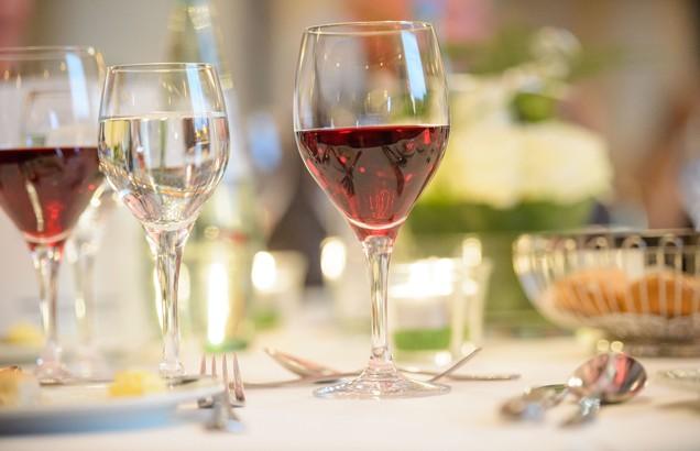 MST_141025_8941_Wein_gedeckter-Tisch_festlich_Tafel